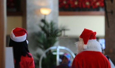 Natal-Para Pekerja mengenakan pakaian atribut natal pada salah satu Hotel di Jakarta, Senin (15-12-2014)-jpeg.image